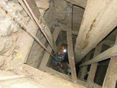 5_Farhad-Pirirani-in-discesa-nella-miniera---pozzo-principale.jpg